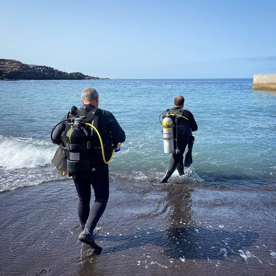Paradise Divers going into the deepness
